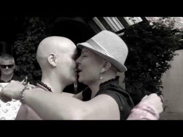 ΣΥΓΚΙΝΗΤΙΚΟ VIDEO: Ξύρισαν τα κεφάλια τους για να συμπαρασταθούν στην καρκινοπαθή φίλη τους