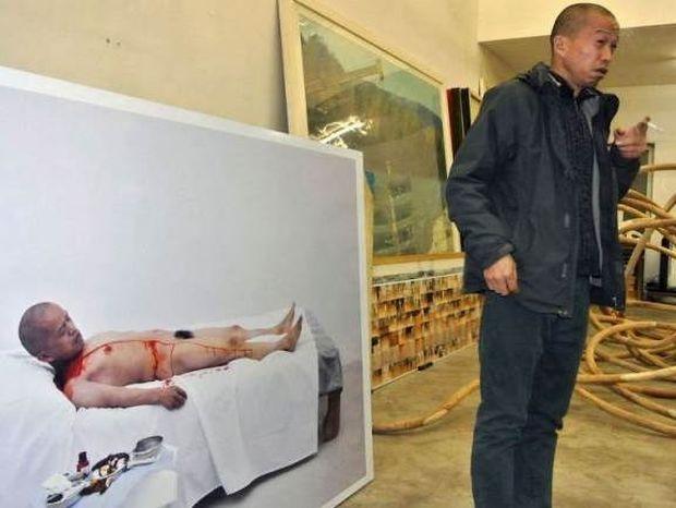 Κινέζος θυσίασε το πλευρό του στο βωμό της τέχνης! (photos)