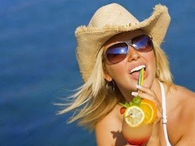 Δείτε τι παθαίνει το δέρμα σας όταν πίνετε ποτά κάτω από τον ήλιο!