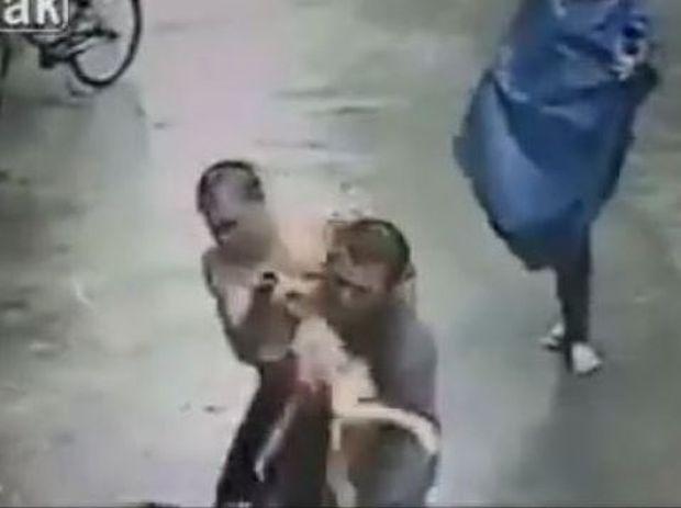 Απίστευτο! Άντρας σώζει παιδάκι που πέφτει από το μπαλκόνι! (βίντεο)