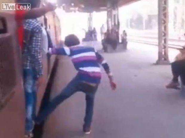 Βίντεο που παγώνει το αίμα: Τρένο διαμέλισε Ινδό!