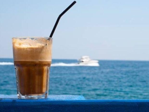 Η κατανάλωση καφέ παρέχει και αντηλιακή προστασία!