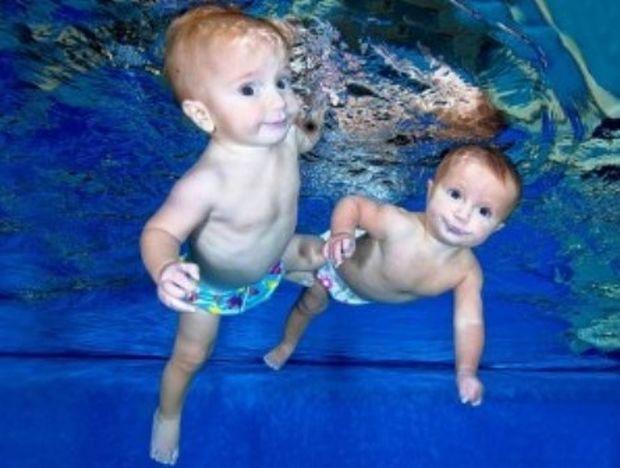 Μωρά κολυμπούν σαν… δελφινάκια! (βίντεο)