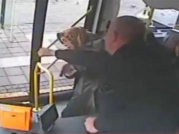 ΑΠΙΣΤΕΥΤΟ: Οδηγός λεωφορείου φτύνει και ρίχνει μπουνιές σε ηλικιωμένη!