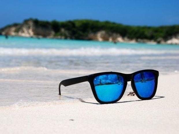 Tips: Πώς επιλέγουμε τα σωστά γυαλιά ηλίου;