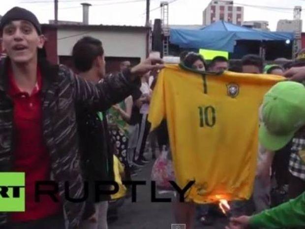 Μουντιάλ 2014: Έκαψαν τη φανέλα του Νεϊμάρ (video)