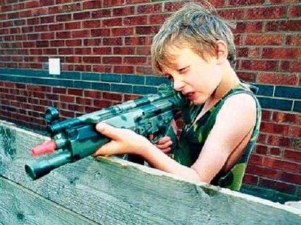 «Αν το βρουν θα παίξουν». Η συγκλονιστική καμπάνια για τα όπλα και τα μικρά παιδιά (βίντεο)