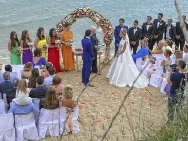 Ο μαγικός γάμος Έλληνα ποδοσφαιριστή σε παραλία της Κεφαλονιάς!