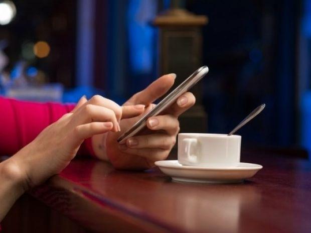 Γιατί δεν πρέπει ποτέ να αφήνετε το κινητό σας πάνω στο τραπέζι!