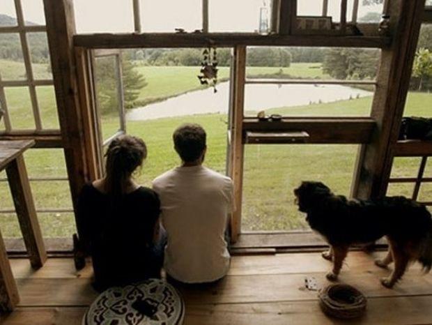 Άφησαν τις δουλειές τους και έφτιαξαν το σπίτι των ονείρων τους με 500 ευρώ (video)
