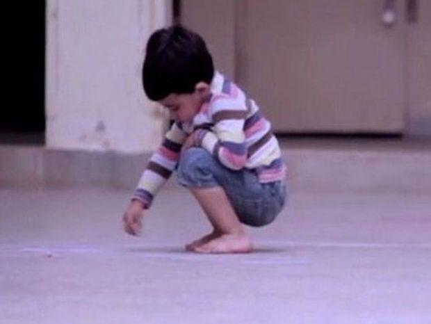 Αποκλείεται να μη συγκινηθείτε μόλις δείτε τι ζωγράφισε αυτό το αγόρι (βίντεο)