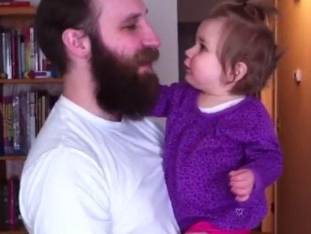 O μπαμπάς ξύρισε το μούσι, το μωρό φρίκαρε (video)