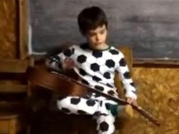 Εκπληκτικό βίντεο: Τυφλό αγόρι τραγουδά και παίζει blues