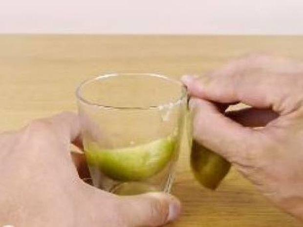 Cook tip: Ξεφλούδισε τα φρούτα σου με τη χρήση μόνο ενός... ποτηριού!