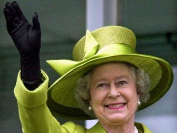 Αγγελία: Ζητείται υπεύθυνος για να αφαιρεί τις... τσίχλες από τα Βασιλικά Ανάκτορα
