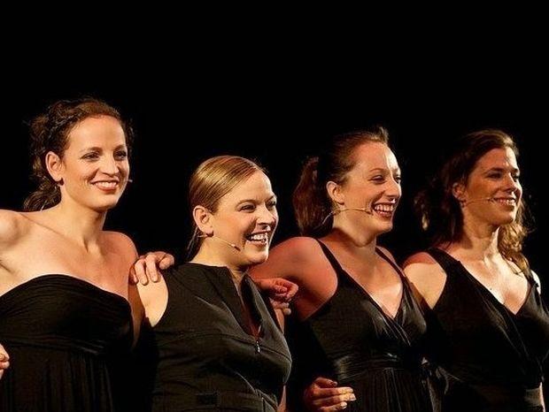 Δείτε τι ΑΠΙΘΑΝΟ συνέβη όταν ανέβηκαν αυτές οι 4 γυναίκες επί σκηνής! (βίντεο)