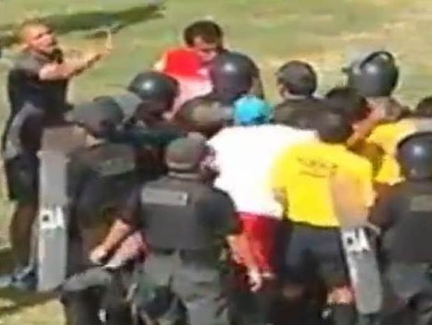 Περού: Γρονθοκόπησε διαιτητή μπροστά στην αστυνομία! (video)
