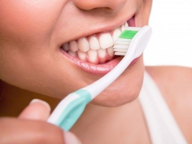 Γιατί πρέπει να πλένετε τα δόντια σας με αλάτι και μαγειρική σόδα