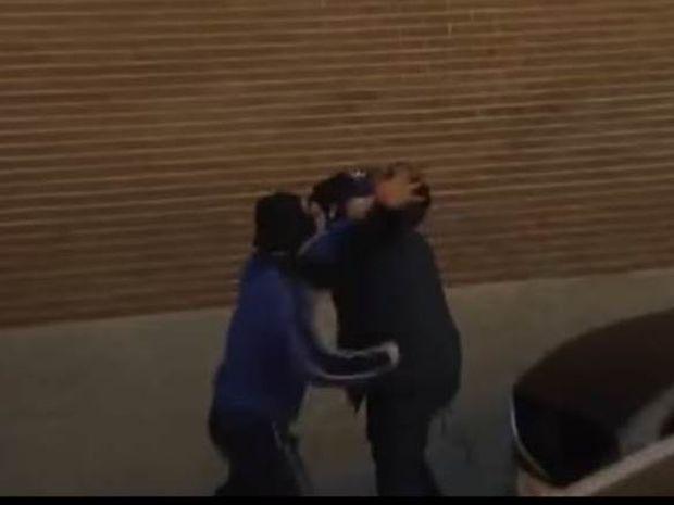 Ξυλοκόπημα καμεραμάν που κατέγραψε μεταφορά του πτώματος του νεκρού οπαδού (video)