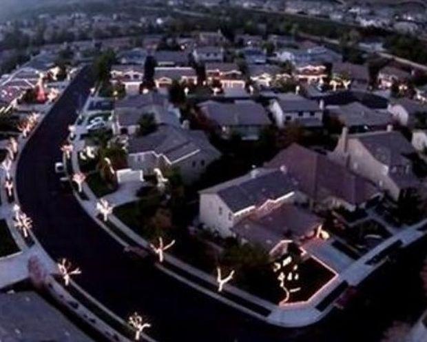Τέλειο! Μια ολόκληρη γειτονιά συγχρόνισε τα χριστουγεννιάτικα λαμπάκια της! (video)