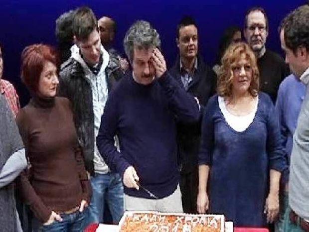 Δεν θα πιστεύετε σε ποιον έκοψε κομμάτι από την Πρωτοχρονιάτικη πίτα ο Μαρκουλάκης!
