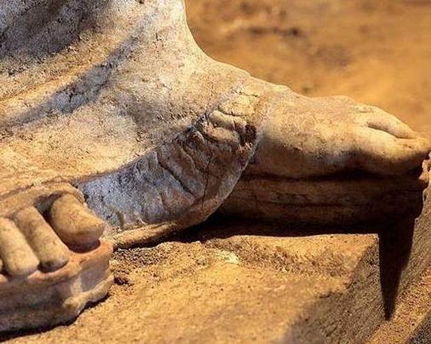 Αμφίπολη: Τυμβωρύχοι «ανακάτεψαν» τον τάφο (pic)