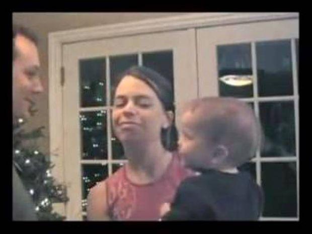 Ο μπαμπάς φιλάει τη μαμά… Η αντίδραση του μωρού μοναδική