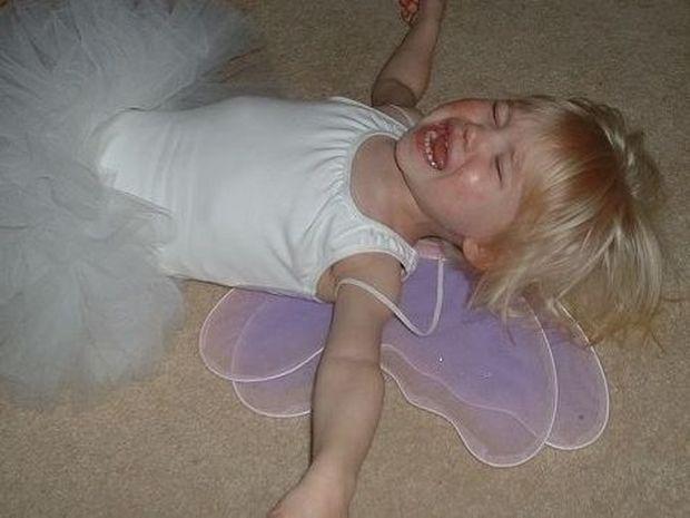 «Το παιδί μου πέφτει κάτω και χτυπιέται, τι να κάνω;