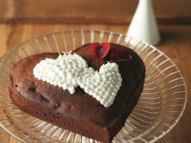 Καρδιά από κέικ σοκολάτας με φράουλες και γλάσο