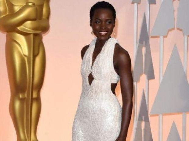 Ψεύτικο το φόρεμα της Lupita;Ο κλέφτης το… επέστρεψε και ο οίκος Calvin Klein τα… μασάει!