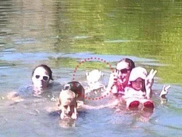 Ανατριχιαστικό: Φάντασμα παιδιού σε μια οικογενειακή φωτογραφία (photos)