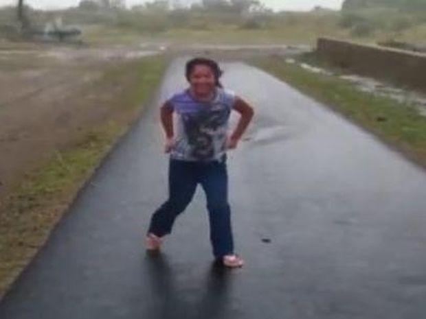 Δείτε τι μπορείτε να πάθετε αν φοράτε σαγιονάρες όταν έχει δυνατό αέρα! (Βίντεο)