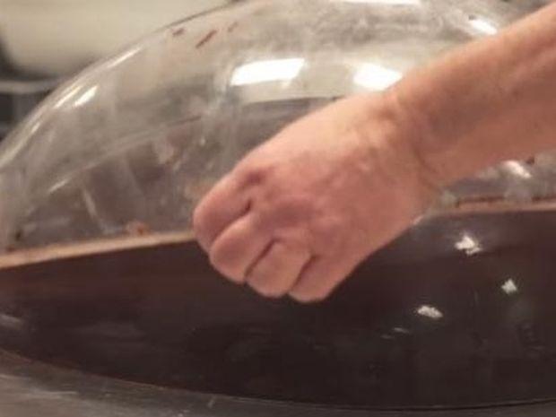 Δείτε πως δημιουργούν τα μεγάλα Πασχαλινά αυγά! (Βίντεο)