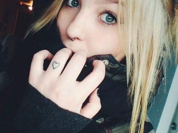 Σκέφτεστε να κάνετε τατουάζ; Δείτε μερικές πανέμορφες ιδέες σε γυναικεία δάχτυλα