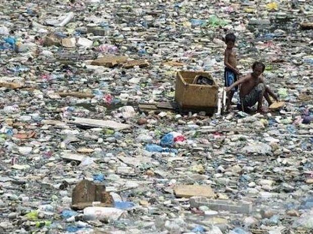 Συγκλονιστικό: Πατέρας και γιος ψάχνουν στα σκουπίδια για να βρουν τρία δολάρια (εικόνες)