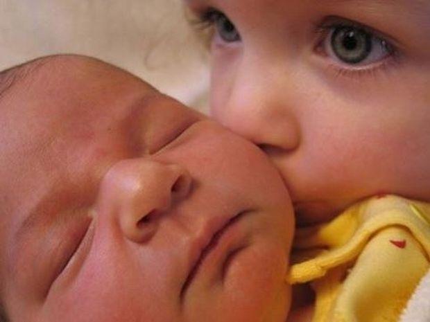 Μοναδικές φωτογραφίες παιδιών που συναντούν για πρώτη φορά το νεογέννητο αδελφάκι τους (εικόνες)