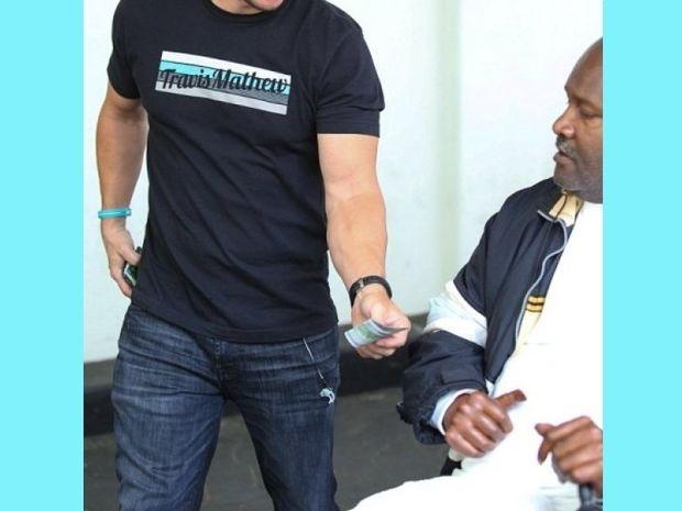 Για αυτό τον αγαπάμε! Διάσημος ηθοποιός δίνει 100 δολάρια σε άστεγο που είδε στον δρόμο