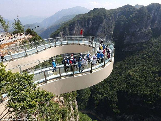 Δείτε τη μεγαλύτερη γυάλινη διάβαση πεζών στον κόσμο! (Φωτογραφίες)