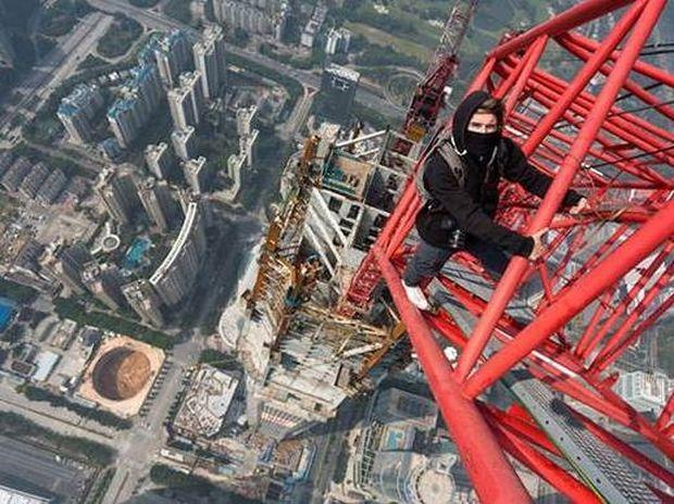 Εκπληκτικό: Σκαρφάλωσαν σε ουρανοξύστη 660 μέτρων (Video)