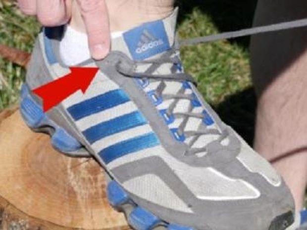 Γνωρίζετε σε τι χρησιμεύει η τελευταία τρύπα στα κορδόνια των αθλητικών παπουτσιών σας;