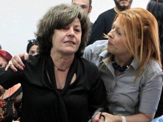 Ξέσπασε η μητέρα του Παύλου Φύσσα: Φασιστόμουτρα δολοφόνοι τολμάτε να μας κοιτάτε;