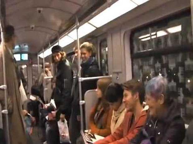 Το γέλιο είναι μεταδοτικό! Δείτε το απίθανο βίντεο από ένα συρμό του μετρό!