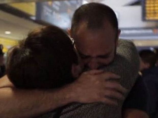 Της άρπαξαν το παιδί στο μαιευτήριο και το βρήκε 41 χρόνια αργότερα (video)