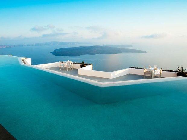 Η πισίνα στη Σαντορίνη που αποθεώνει ο ξένος Τύπος