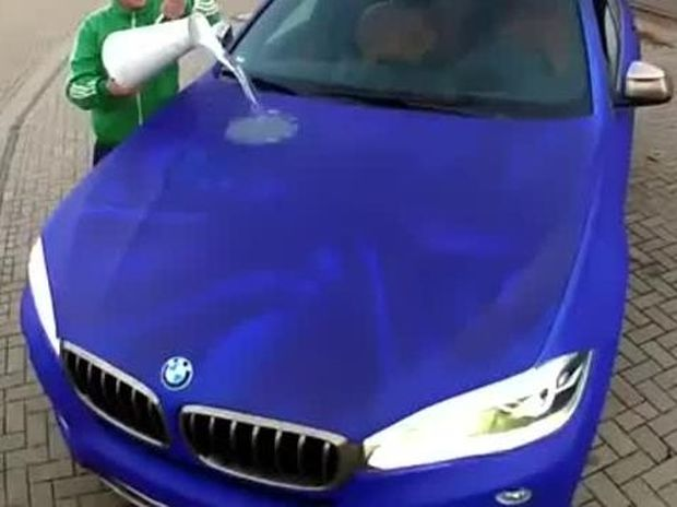 Αν ρίξεις καυτό νερό σ' αυτό το αυτοκίνητο κάτι εντυπωσιακό συμβαίνει! (βίντεο)