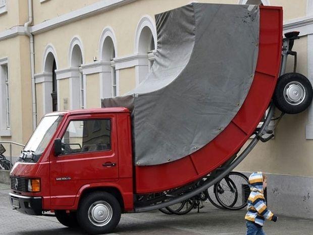 Μόνο στη Γερμανία! Έκοψαν κλήση για παράνομο παρκάρισμα σε έργο τέχνης!
