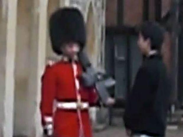 Γι' αυτό δεν πρέπει να παρενοχλείς τη Βασιλική Φρουρά (video)