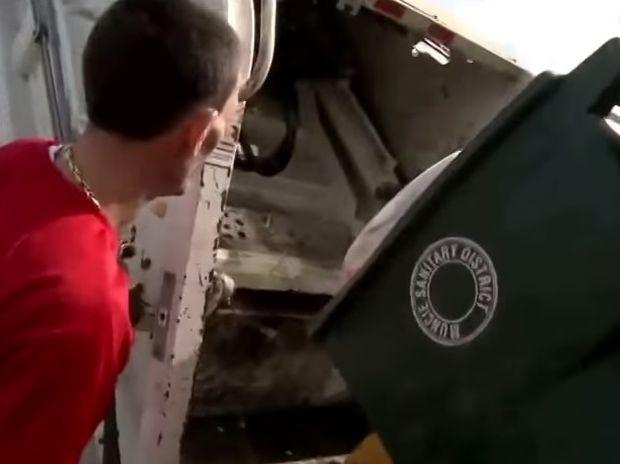 Δείτε τι βρήκε μέσα στον κάδο απορριμάτων όταν άκουσε έναν περίεργο θόρυβο! (βίντεο)