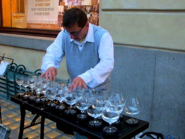 Δείτε τι κάνει αυτός ο μουσικός με μερικά ποτήρια νερό! Εντυπωσιακό!