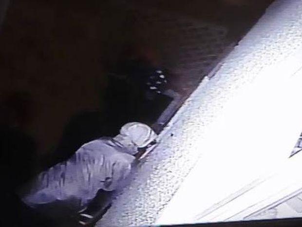 Ανατριχιαστικό: Έβαλε κάμερα να βρει τι έκανε τις γρατζουνιές στην πόρτα της και δείτε τι ανακάλυψε